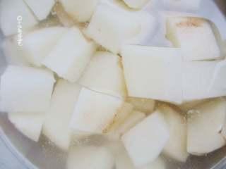 五花肉豆角焖面,土豆去皮切成小块,用凉水浸泡去除淀粉