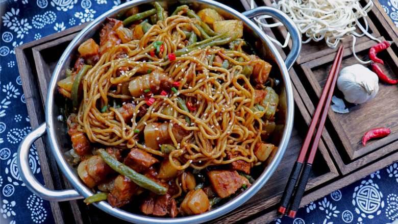 五花肉豆角焖面,北方最受欢迎的面食之一,面条筋道咸香味浓。