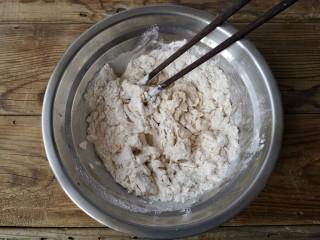 贝壳饼夹,用筷子搅拌成雪花状。