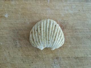 贝壳饼夹,叠起,就是一个贝壳饼夹的生坯。(可以在饼夹中间刷一层薄油,也可以不刷,刷油一定不粘,但不刷油也不会太粘,能打开)