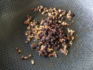 贝壳饼夹,加入豆豉炒出香味。