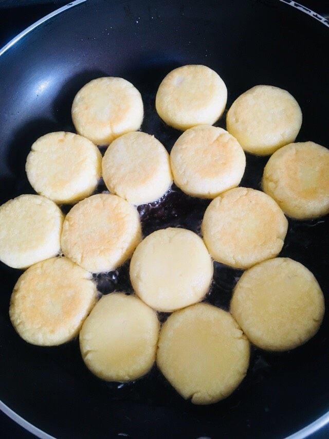 土豆饼,一面金黄再反个面