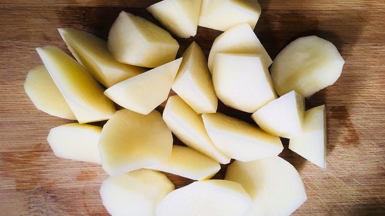 土豆饼,切成滚刀块