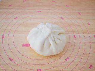 芝士榴莲饼,像包包子一样包起来收口,收口处如果有多余的面团可以捏掉一些,这样烤出来皮才不会厚