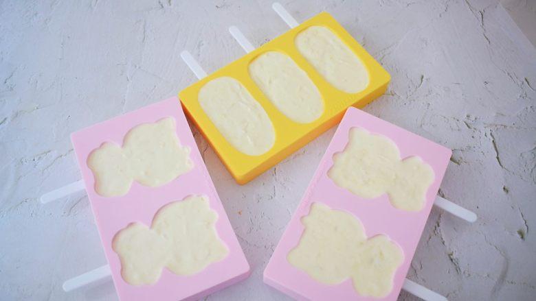 榴莲雪糕,将搅拌好的榴莲奶油糊均匀的倒入学厨雪糕模具中
