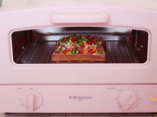 田园时蔬吐司披萨,启动烤箱200度烤10分钟即可。