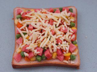 田园时蔬吐司披萨,最后撒上芝士碎。