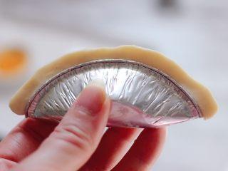 美味芒果酥,一直捏到尾部,记住一定要捏的紧一点呀。