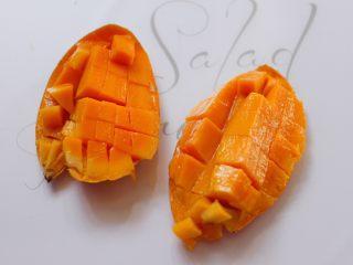 美味芒果酥,芒果用刀切开后,再切成小块状。