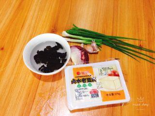 红烧豆腐,食材准备,先将木耳提前泡发