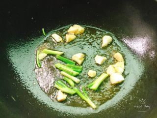 红烧豆腐,加入蒜头,葱白爆香