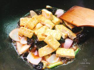 红烧豆腐,再倒入煎好的豆腐