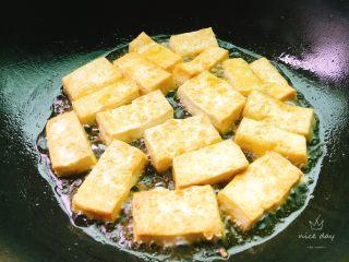 红烧豆腐,煎至金黄即可,