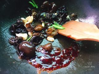 红烧豆腐,加入蚝油快速翻炒