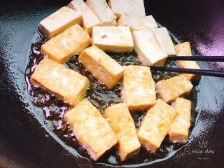 红烧豆腐,小火煎至,小心用筷子翻面