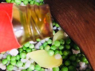 豌豆炒肉丁,放入蚝油