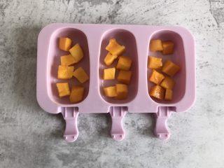 芒果酸奶雪糕,模具中放入适量的芒果丁