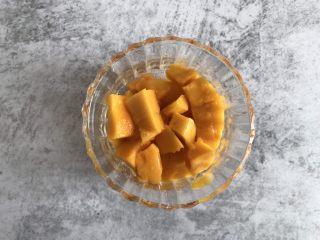 芒果酸奶雪糕,100g芒果切成小丁
