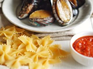 海鲜鲍鱼蝴蝶意面,其实西餐我也可以,蝴蝶面青口,贝小青口,活鲍鱼,意面用番茄酱罗勒酱,奶油小方两块。