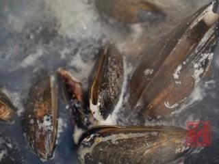 海鲜鲍鱼蝴蝶意面,其实西餐我也可以,煮蛤蜊三分钟,都是大火开了之后算时间的,在煮蛤蜊的时候可以加少量的葱姜在里边,为了去腥。
