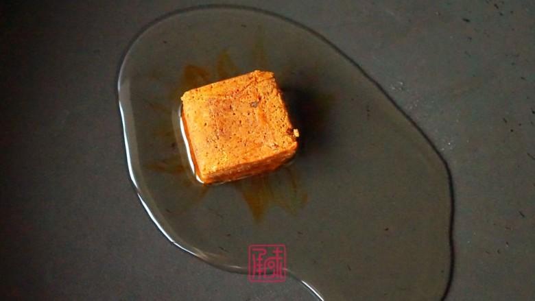 承味冬荫阴功小龙虾芝士焗意面,热锅起油先放入冬荫功调味块