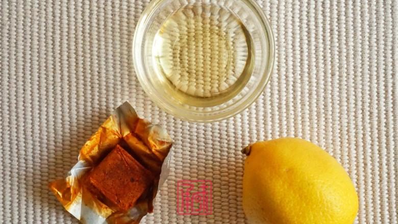 承味冬荫阴功小龙虾芝士焗意面,准备好油,冬荫功调味块,柠檬