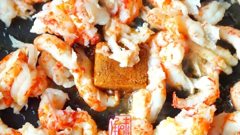 承味冬荫阴功小龙虾芝士焗意面,然后加入小龙虾,小龙虾完全裹住,酱汁后烧熟制卷曲
