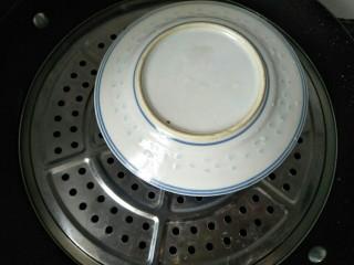 双皮奶(懒人版),碗上盖个盘子防止水汽倒流到水中,再盖好锅盖大火蒸二十分钟。