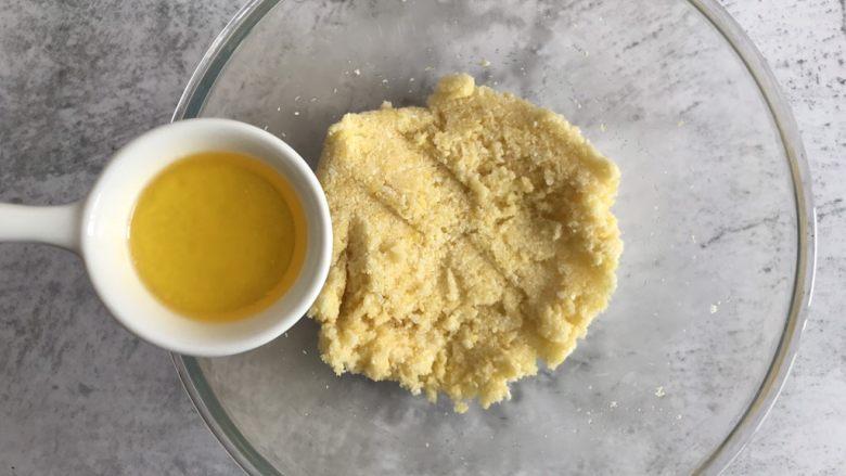 黄金椰子球,最后倒入黄油