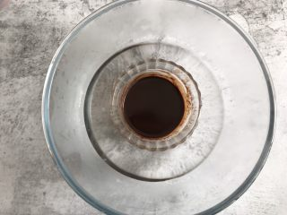 巧克力纸杯蛋糕,隔热水融化,保温备用