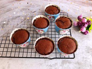 巧克力纸杯蛋糕,烤好后取出晾凉