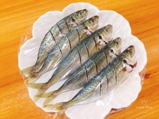 孜然鳀鱼,包上保鲜膜腌制15~20分钟