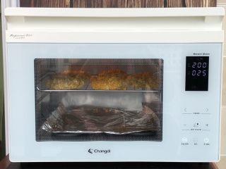薯片鸡翅,长帝烤箱提前200度上下火预热5分钟,预热完毕放入鸡翅中上层继续烤25分钟,表面金黄即可!