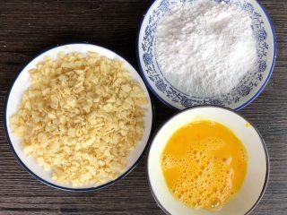 薯片鸡翅,腌制鸡翅的时候,准备自己喜欢的薯片揉碎,2个鸡蛋打散、淀粉半碗