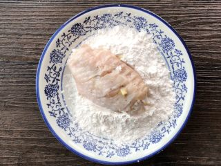 薯片鸡翅,鸡翅依次裹淀粉