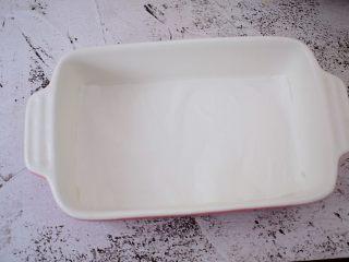 酸奶草莓冻,容器底部铺上油纸