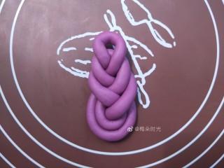 花样馒头—琵琶结馒头,一个两层的琵琶结就做好了。
