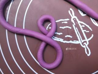 花样馒头—琵琶结馒头,再盘出8字的下半边。形成一个8字。