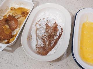 好吃不油腻的~~【无油烤鸡排】,先把鸡肉正反两面沾满玉米淀粉