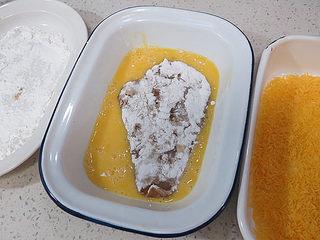 好吃不油腻的~~【无油烤鸡排】,再在蛋液中正反浸润一下