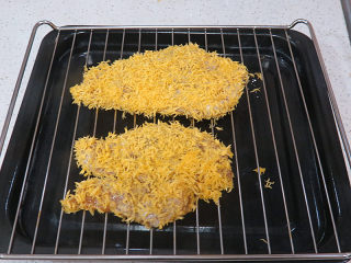 好吃不油腻的~~【无油烤鸡排】,摆在烤箱烤架上(烤架可以双面留有空间,受热均匀)