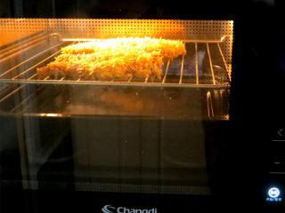 好吃不油腻的~~【无油烤鸡排】,放进烤箱中层,下面垫一个烤盘,怕有液体滴下来。烤一下后可以把烤盘拿掉