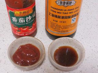 好吃不油腻的~~【无油烤鸡排】,准备蘸料。可以用番茄沙司及上海辣酱油,都很好吃~~