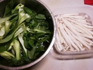 时蔬烩虾球,油菜清洗干净  白玉菇去根清洗  油菜心做本菜品  其余部分留作它用