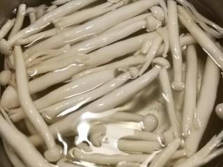 时蔬烩虾球,白玉菇焯水后捞出
