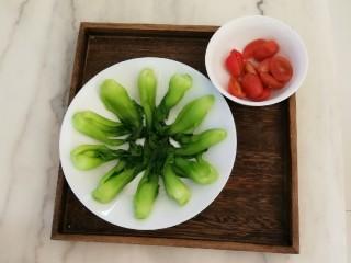 时蔬烩虾球,油菜心整齐码放盘中  圣女果对半切开