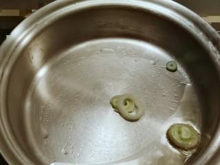 时蔬烩虾球,炒锅加入食用油  爆香葱花