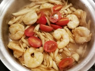 时蔬烩虾球,加入盐调整味道  翻拌均匀关火出锅