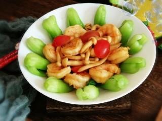 时蔬烩虾球,炒好的虾球蘑菇直接放到摆好盘的油菜上面