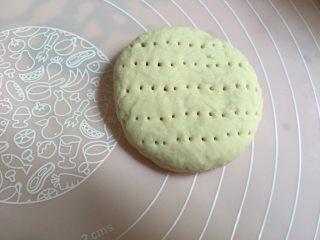 香甜好吃的芝麻糖馅饼,收口朝下,用手轻压成饼状,上面用刀叉叉出纹路;